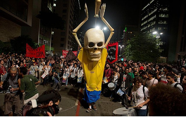 police_clash_with_brazil_anti_world_cup_protesters_m10